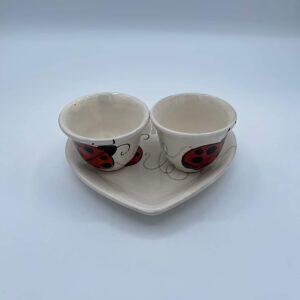 Set Caffè Vassoio a forma di cuore con due tazzine in ceramica fatto e dipinto a mano con coccinelle